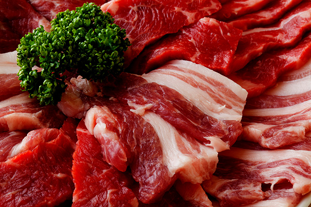 業務用真空はお肉の中の芯まで空気を抜きますので、基本的に切り立てを真空してからは一切空気に触れない状態になります。